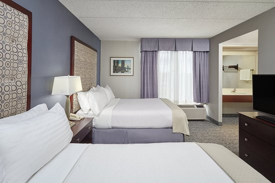 Carol Stream, IL: Two Room Suite Bedroom with Two Double Beds