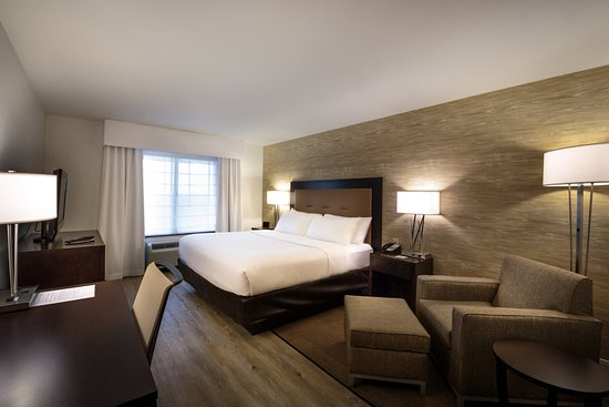 Holiday Inn & Suites Airport: Renovated guest room