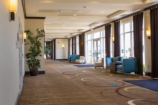 Holiday Inn & Suites Airport: Gorgeous, flexible pre-function space near our meeting rooms