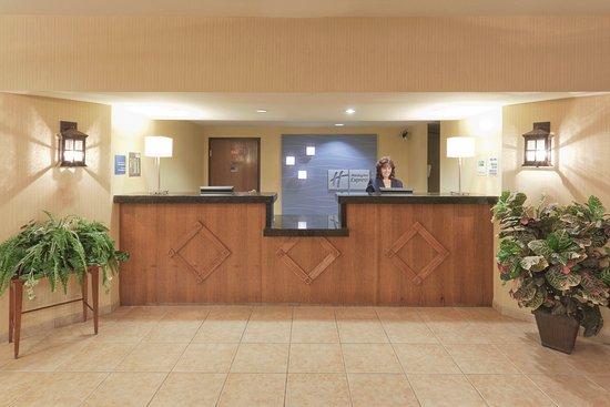 Holiday Inn Express Bishop: Front Desk