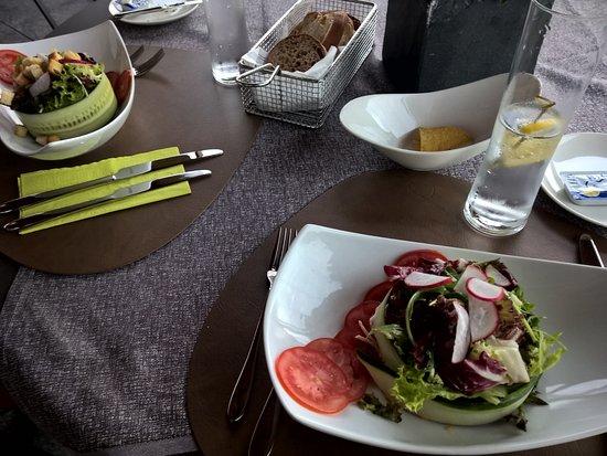 Kuessnacht am Rigi, Switzerland: Liebvoll angerichteter Salat, im Hintergrund die glutenfreien Nachos