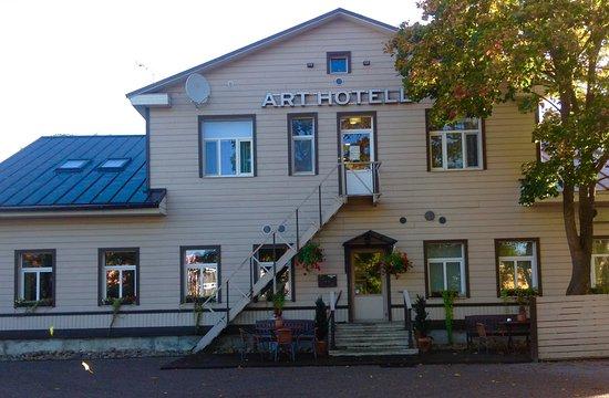 Art Hotel: Pihan puolella on myös parkkitilaa.