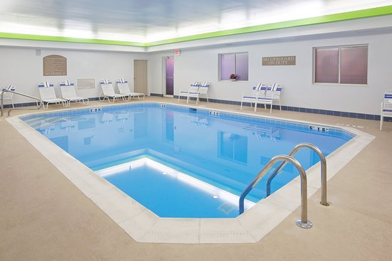 Holiday Inn Express & Suites Ex I-71/ Oh. State Fair/Expo Center: Low impact workouts are great in the indoor pool.