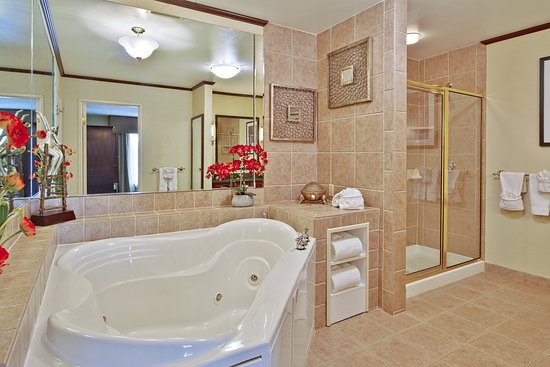 West Middlesex, PA: Presidential Suite Bathroom with jetted tub and glass shower
