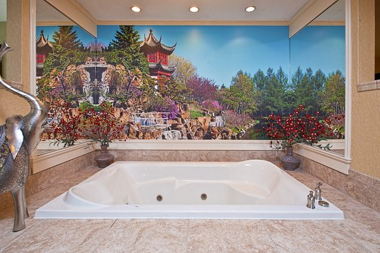 West Middlesex, PA: Themed Spa Suite. Rectangular jetted tub. South Pacific.