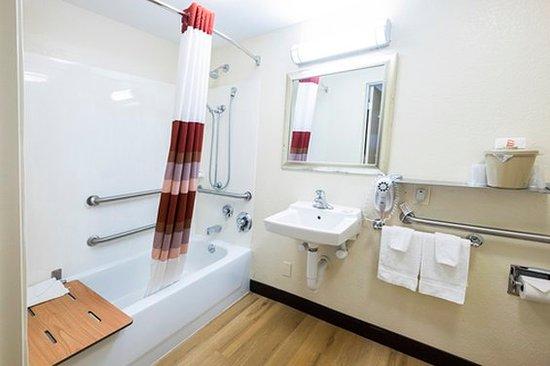 رد روف إن ميستيك - نيو لندن: ADA Bathroom