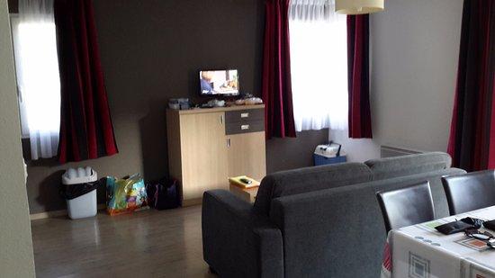 Entraygues-sur-Truyere, França: Pièce à vivre (salon et salle à manger)
