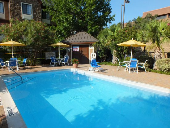 Irving, Teksas: Take in a few laps in our heated outdoor Swimming Pool