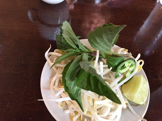Issei Noodle: Pho garnish