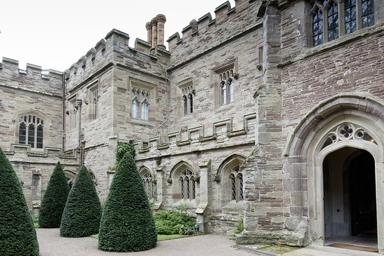 Leominster, UK: Hampton Court Castle - an inner courtyard