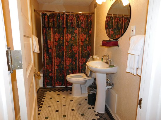Hotel Colorado: The Bathroom