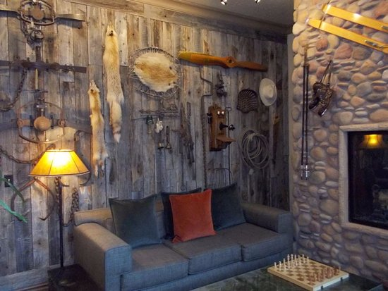 The Lexington at Jackson Hole Hotel & Suites: Wall Hangings in Lobby