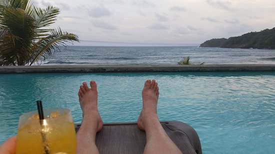 Marigot, Dominica: Centipede Rum Punch and an amazing view.