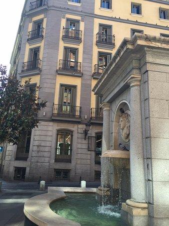 Radisson Blu Hotel, Madrid Prado: Hotel and plaza in front