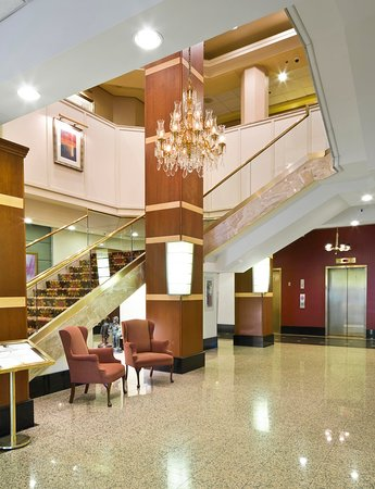 DoubleTree by Hilton Hotel Fort Lee - George Washington Bridge: Lobby Stairway