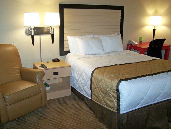Brooklyn Center, MN: Studio Suite - 1 Queen Bed