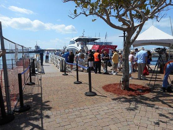แฮมิลตัน, เบอร์มิวดา: Lining up for the ferry at the Dockyards.