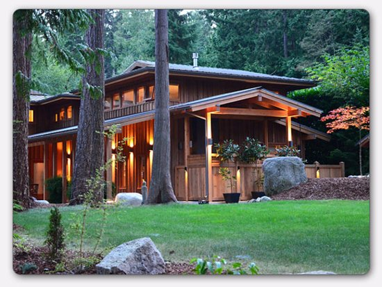 Roberts Creek, Canadá: Tea Garden Suite on main floor, Tall Cedars Suite above