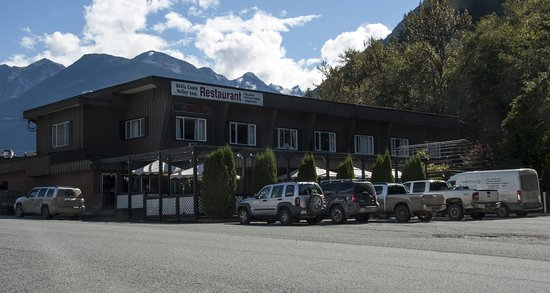 Bella Coola, Канада: The main entrance, parking area, outdoor patio and restaurant