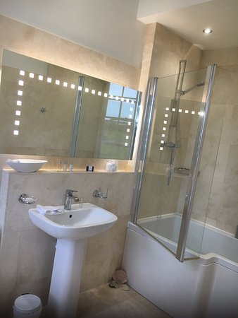 Wold Newton, UK: Bathroom -ensuite to Major Topham's room
