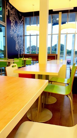 Ibis Budget Auckland Airport: Lobby/seating area where complimentary tea and coffee is provided.