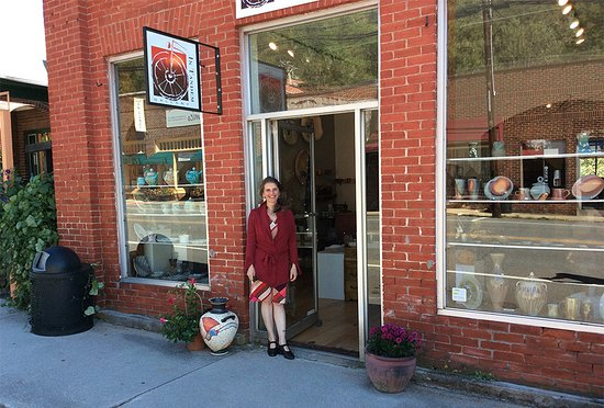 Bakersville, NC: The owner and manager Silvia Ferrari-Palmer in front of the historic bank and now gallery In Tan