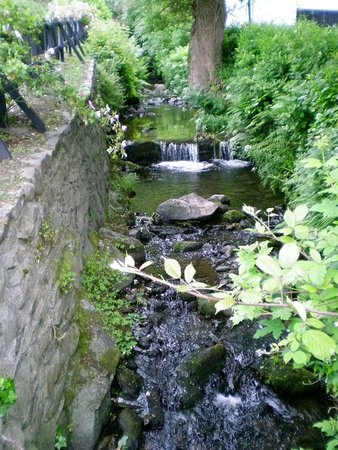 Avoca, Irlanda: Stream at the mill