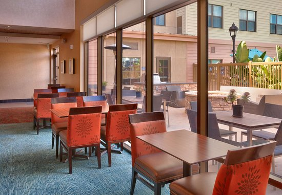 San Marcos, CA: Guests can enjoy natural light in the dining area that leads to the patio.