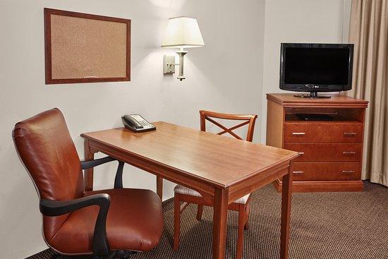 Candlewood Suites Fayetteville: Queen Studio Suite desk area