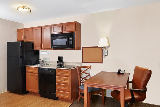 Candlewood Suites Fayetteville: Queen Studio Suite desk area and kitchenette