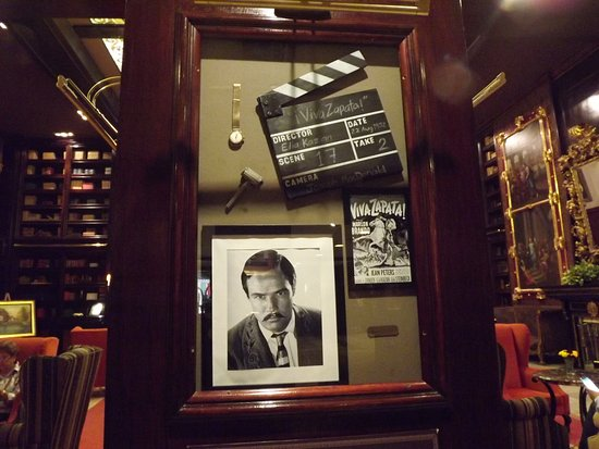 Hotel Geneve Ciudad de Mexico: The shadow box of things that Marlon Brando donated to the hotel.