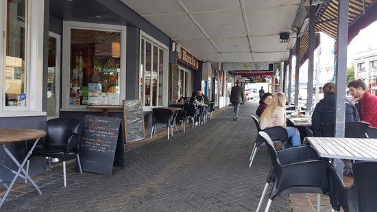 Devonport, Nova Zelândia: View from the street-side tables