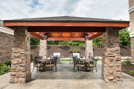 Staybridge Suites Montgomeryville: Courtyard