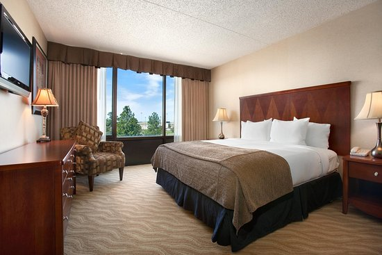 DoubleTree by Hilton Wichita Airport: Executive Suite Bedroom
