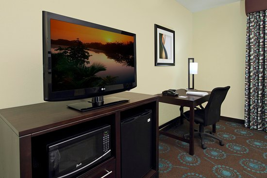 Hampton Inn Beeville Hotel Room with Hospitality Center