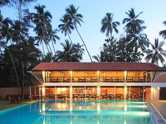 AVANI Bentota Resort & Spa: Breeze Restaurant - Overlooking The Pool
