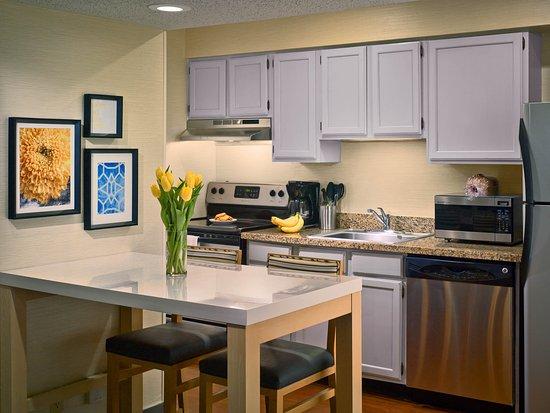 Sonesta ES Suites Minneapolis - St. Paul Airport: Studio Suite Kitchen