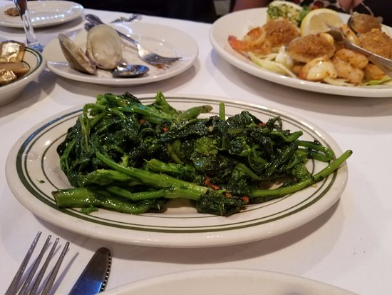 Lynbrook, Nova York: Side dish of broccoli rabe with garlic & oil...how could not like that?
