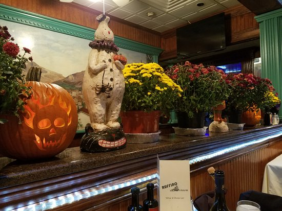 Lynbrook, NY: Warm cozy Autumn decor! Clearly the owner cares:-)
