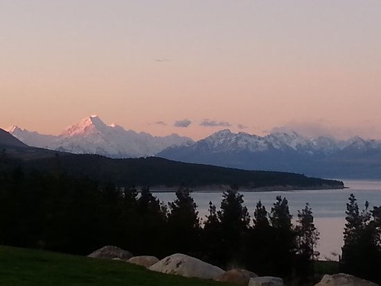 Canterbury, Nya Zeeland: Lake Pukaki Sunset in Spring.  Amazingly spectacular. Photo taken from Mt Cook Lakeside Retreat