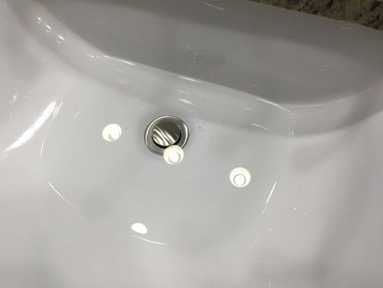 Surfside Resort: Sink didn't drain in one of the bathrooms. Same for the tub.