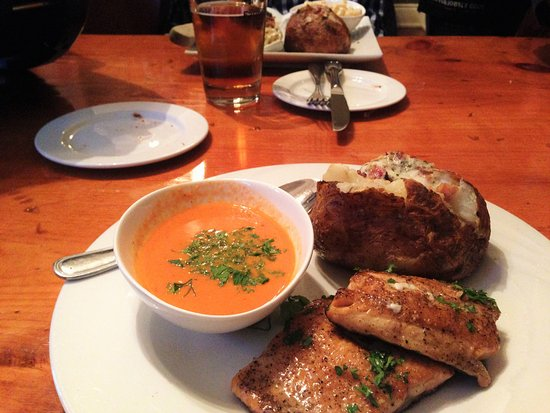 Barrie, Kanada: Soup of the day, baked potato and fish
