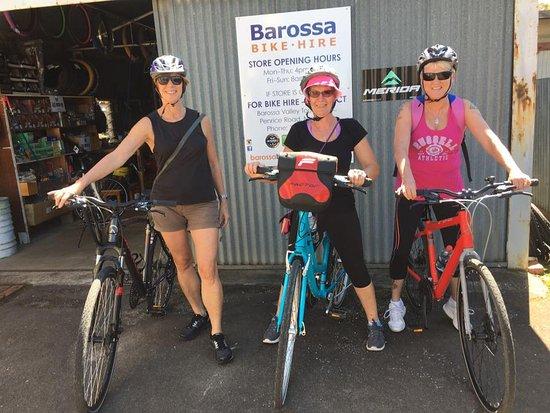 Nuriootpa, Australia: Maya, Sarah and myself just before our ride