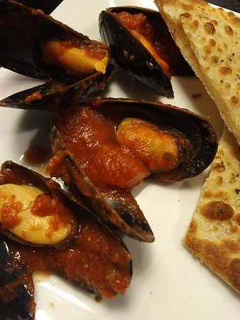 Fort Frances, Canada: I am a mussels connoisseur... from Cape Breton/had them in Haiti too. Cooked perfectly. Yum.