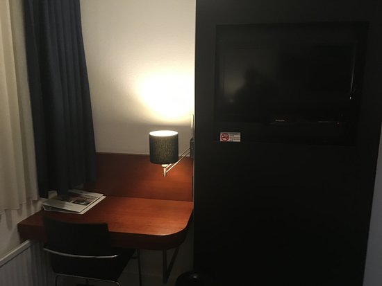 BEST WESTERN Eindhoven: The desk and TV