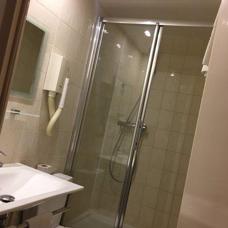 Hotel Soft: バスタブはないけれど十分なシャワールーム