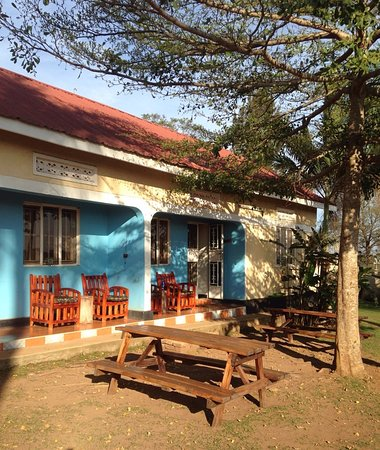 Masaka, Uganda: View of the 2 apartments at Villa Katwe. Hearty, delicious breakfast is served on the tables out