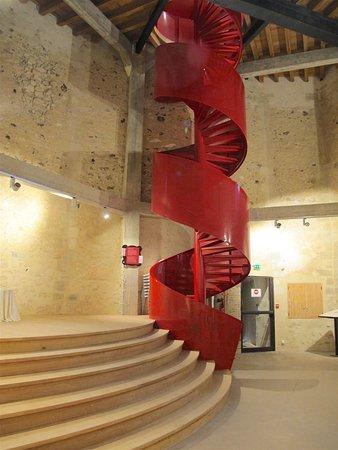 Le Donjon de Houdan: L'escalier à vis de la salle basse.