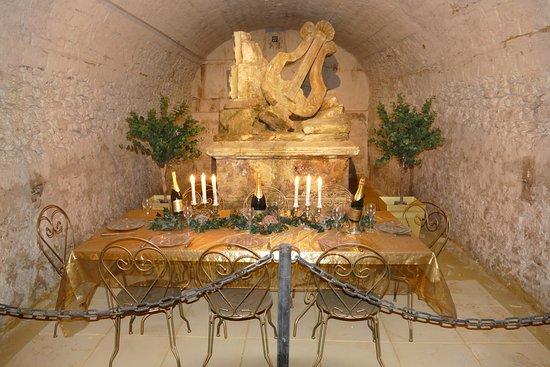 Ludes, Prancis: Man sitzt fast mit am Tisch im Champagnerkeller!
