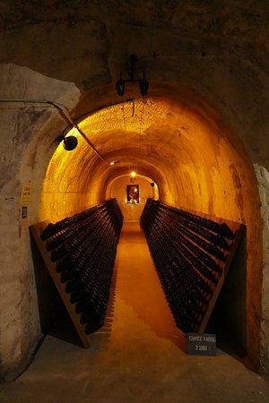 Ludes, Prancis: Unzählige Flaschen warten hier auf den Champagnerfreund!